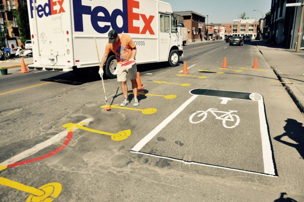 C'est l'artiste Roadsworth qui a conçu l'oeuvre qui représente la nécessité d'aménager des infrastructures sécuritaires pour les cyclistes et les piétons. (photo : Simon Van Vliet(
